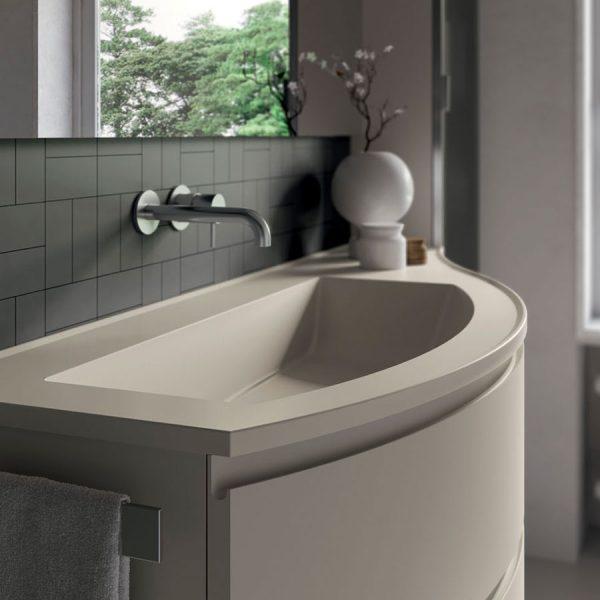 Изогнутая мебель для ванной комнаты с закругленными столешницами из Mineralsolid, глянцевыми или матовыми, как передние панели